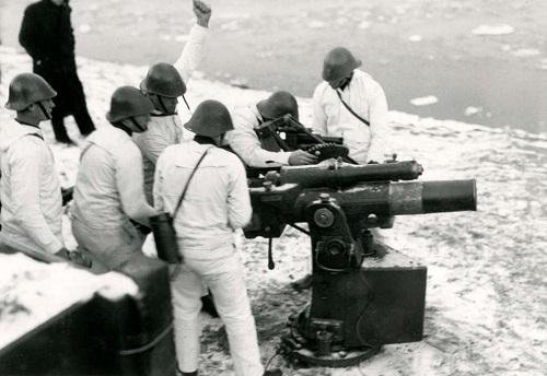 Nederlandselegerkustwacht.Kustbatterijvan712cmkanonDesoldatendragenwittesneeuwwintercamouflageuniformenPlaatsonbekendjanuari-februari1940.jpg